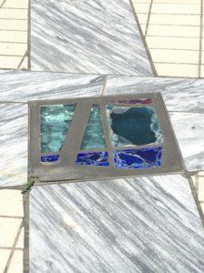 床にステンドグラス。光が当たってキレイ!
